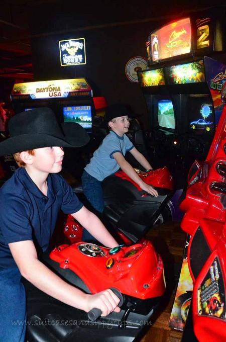 arcade playing billy bob's